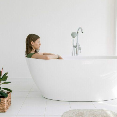 Projektowanie łazienki w stylu glamour. Inspiracje i aranżacje